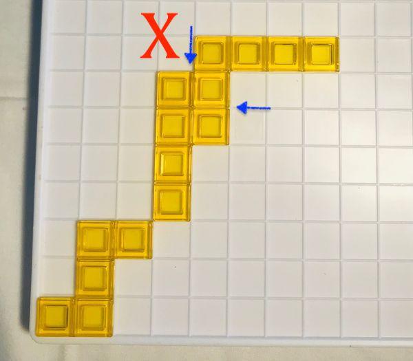 """擺放方塊時,不能與""""同顏色""""方塊的""""邊""""碰觸喔!(圖三)"""